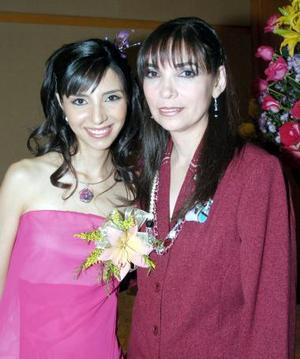 Doris Saldaña Novelo, en su despedida acompañada por su mamá, Mary Carmen Novelo de Saldaña.