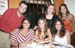 Alfredo Gutiérrez, Samantha Cariño, Marisol Espinoza, Graciela Noriega y Blanca Ruiz Díaz, acompañando a Ángelica Caniza el día de su cumpleaños.