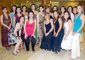 Beatriz González Cavazos, acompañada por todas sus amigas en su despedida.