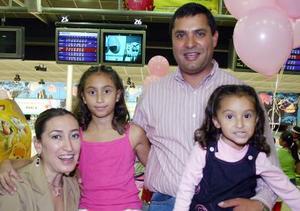 Ana Victoria Castro Arreola acompañada por sus papás, Ricardo Castro Márquez y Pily Areola de Castro y por su hermanita Ana Cristina, el día de su cumpleaños,