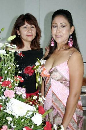 La festejada junto a su hermana, Leticia Reyes Morales.