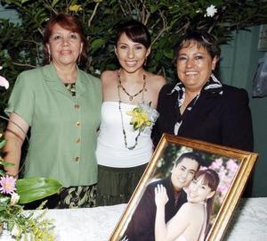 Nancy Araceli Fraire López, acompañada por su mamá, Estela López de Fraire y su suegra, Carmen de Olvera.