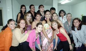 Juana María Reyes Morales recibió múltiples felicitaciones de sus amigas, en su alegre despedida.