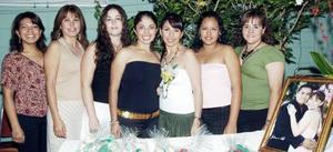 <B>23 de octubre 2005</b><p> Nancy Araceli Fraire López, acompañada por algunas de las invitadas a su despedida de soltera.
