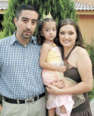 Pamela Rodríguez Espinoza junto a sus papás, Joaquín Rodríguez y Martha Espinoza de Rodríguez.