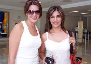 <b>23 de octubre 2005</b><p> Victoria S. de Valdés y Selina G. de González, captadas en el aeropuerto de Torreón.