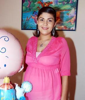 Esther Reyes de Martínez espera el nacimiento de su primer bebé y por ello recibió múltiples felicitaciones, en la fiesta de canastilla que le organizó Irene Valadez Contreras