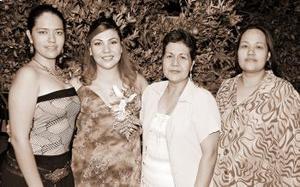 <B>25 de octubre 2005</b><p> María del Carmen Márquez Rodríguez disfrutó de una fiesta de canastilla que le ofrecieron su mamá, María del Carmen Rodríguez de la Torre y su suegra, Marina Orozco Contreras.