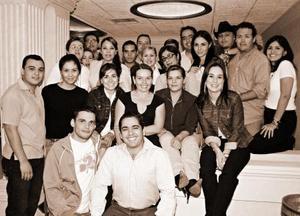 Rosy Padilla Velazco, acompañada de un grupo de amigos el día que celebró su cumpleaños.