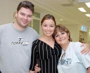 <b>24 de octubre 2005</b><p> Nicolás y Samantha Marie viajaron a París, los despidió Susana García.