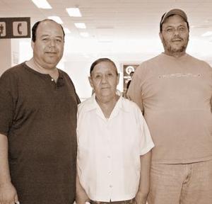 Ángel Serrano viajó a  California, lo despidieron Tomasa y Salvador Serrano.