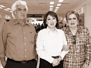 Gabriel Córdova viajó al DF, la despidieron César y Julieta Córdova.