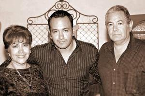 Israel Villalobos Caro acompañado por sus papás, Rebeca Caro Cárdenas y Francisco Villalobos, en el festejo que le prepararon con motivo de su cumpleaños.