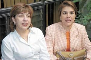 Gloria Martínez de García y Mayela León de Del Río, del Patronato del CIJ, preparan todos lod detalles del desfile de modas Fantasía de Mujer.
