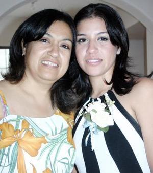 Sandra Hurtado Vitela en compañía de su mamá, Gloria Vitela Campa.