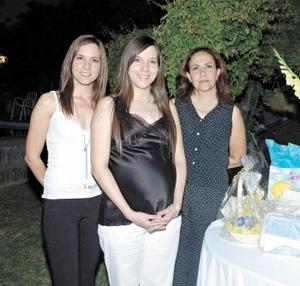 <B>26 de octubre 2005</b><p> Mariana de Robles junto a su mamá, Marcela Medina de Delgado y su hermana Paulina.