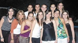 La futura mamá, acompañada por Miriam, Mariela, Bárbara, Mónica, Daniela, Cecilia, Gaby, Alejandra, Paulina, Gilda y Brenda.