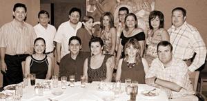 En la compañía de sus amistades, Leonel Ávila festejó su cumpleaños.