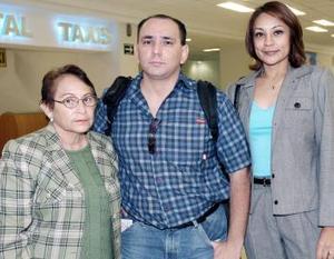 Rogelio Rodríguez viajó a Tijuana, lo despidieron Maru Rodríguez e Irene Martínez.