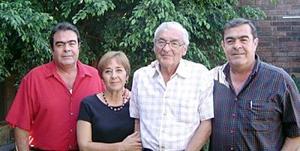 Señor  Francisco Gallegos Salas, el día que celebró su cumpleaños, aquí junto a sus hijos Marcos, Martha y Jorge.