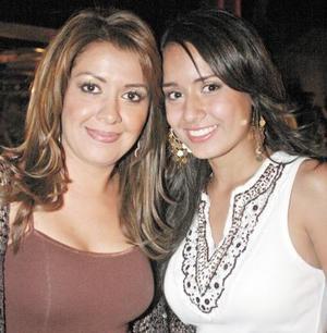 Nayeli de Fernández y su hija Nayeli Fernández.