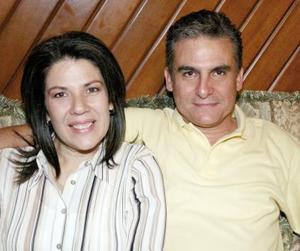 Mayela Zepeda de Parra acompañada por su marido Víctor Parra, en el festejo se que le ofrecieron con motivo de su cumpleaños.