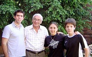 Con su abuelito, aparecen Jorge Gallegos, Marcela Muñoz y Francisco Gallegos.