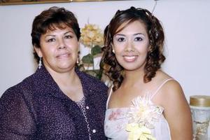 Karen Paulina Carlos Montes disfrutó de una despedida de soltera por su próxima boda, que le ofreció su mamá Carmen Montes de Carlos.