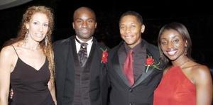 <b>28 de octubre de 2005</b><p> Yoofi Ocran con su hermana Araba, su cuñado Jeff y Lucía de Arcaute.