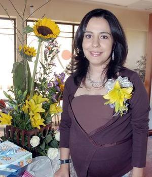 <B>28 de octubre 2005</b><p> Con una amena fiesta de regalos, Helda Ruiz de Guerrero fue felicitada por el próximo nacimiento de su bebé.
