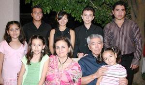 Antonio Lee y Karime de Lee con sus nietos en reciente festejo.