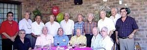 Don Francisco con amistades  en su fiesta de cumpleaños.