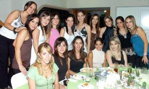 <B>28 de octubre 2005</b><p> Susana Garza Gallardo en su despedida de soltera acompañada por Nadia, Celina, Vero, Laura, Gaby, Ileana, Karla, María José, Mayra, Marisú y otras amigas.