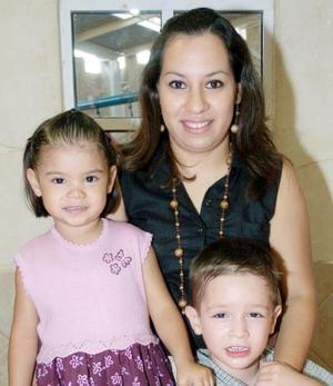 <b>28 de octubre 2005</b><p> Valeria González Méndez acompañada por su mamá, Martha Méndez de González y su hermanito Luis Fernando, el día que celebró su tercer cumpleaños.