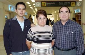 <b>28 de octubre 2005</b><p>  Ricardo Castro y Luz María Vázquez viajaron al DF y los despidió Leonel Castro.