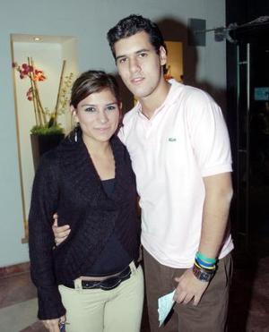 Emily Muñoz y Héctor Gaytán, captados en una obra en el Teatro Nazas.