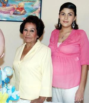 Esther Reyes de Martínez recibió felicitaciones el día de su fiesta de canastilla.