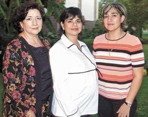 La festejada junto a su mamá Irene Villarreal y su hermana, Sandra.