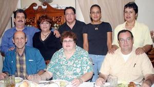 <B>29 de octubre 2005</b><p> Jesús Gerardo Ochoa, Magdalena Murra de Ochoa, Marina de Ochoa, Benjamín Cisneros, Olivia de Cisneros, Mario Carrillo y Laura Ramos.