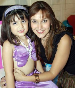 Ana Paula Adame Rodríguez con su mamá, Liliana Rodríguez de Adame.