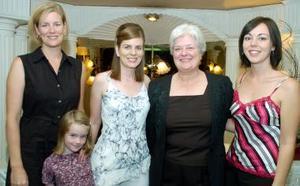 Michelle McKee acompañada por Angélica Ibarra, Nyde Molina Darwich y Coco Darwich de Ayala, en su última despedida de soltera.