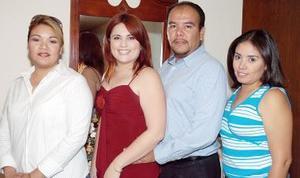Rocío Lira Moreno e Ismael Hernández Álvarez disfrutaron de una fiesta de despedida, que les ofrecieron Mónica y Monserrat Hernández, ya que el próximo 12 de noviembre contraerán matrimonio..