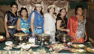 Vestidos con trajes griegos, Mónica Vargas, Carlos Martínez, Vicky Barragán, Margarita Espeleta, Jossie Duarte y César Malacara, representaron a Troya.