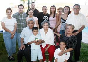 Con motivo de sus 42 años de casados, Héctor Montes Valles y María Teresa Salinas de Montes disfrutaron de un ameno festejo que les ofrecieron sus hijos, hijos políticos y nietos.