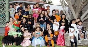 Grupo de Amigas de los Lunes con sus pequeños, en la fiesta de disfraces que organizaron en la casa de Mary Rojas de Bretado.