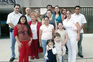 Integrantes de las familias Arenas Morales, Morales López y Arenas Flores, captados en el festejo que le organizaron a Pablo Andrés Arenas Morales.