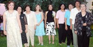 Iveth Rocío Flores de la Cruz disfrutó de una fiesta de despedida, que le ofrecieron María Guadalupe, Olga, Susana, Raquel, Rosy, Concha, Flor y Celia Flores.