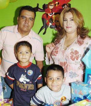 Alexis González Hernández recibió felicitaciones en su cumpleaños, aquí con su familia.