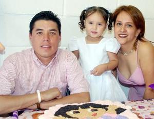 Hugiette Prado Valenzuela acompañada por sus papás, el día de su cumpleaños.