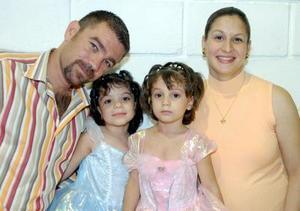 Roselina y Monserrat Domínguez Rodríguez disfrutaron de una fiesta por sus respectivos cumpleaños.